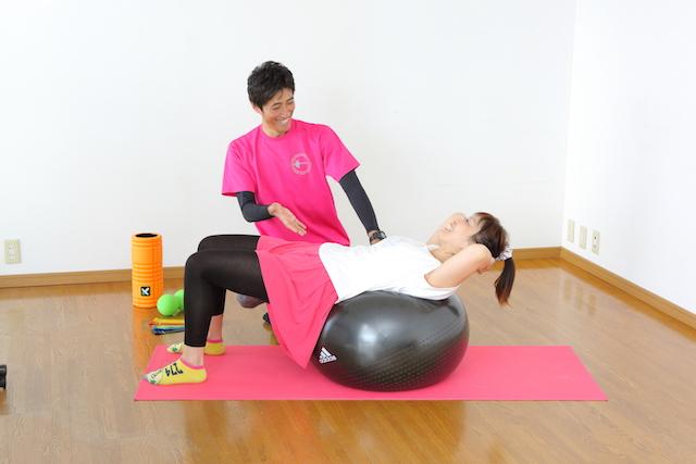 パーソナルトレーニングをしているトレーナーと女性